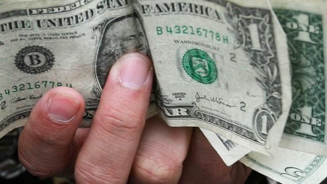 FOTO Dólar sube 13 centavos, se vende en 19.94 pesos en bancos (AP)