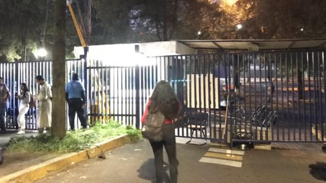 FOTO Reportan que encapuchados toman Facultad de Ciencias Políticas de la UNAM (Twitter)