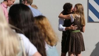 Foto:Pareja besandose en la calle. 22 septiembre 2019