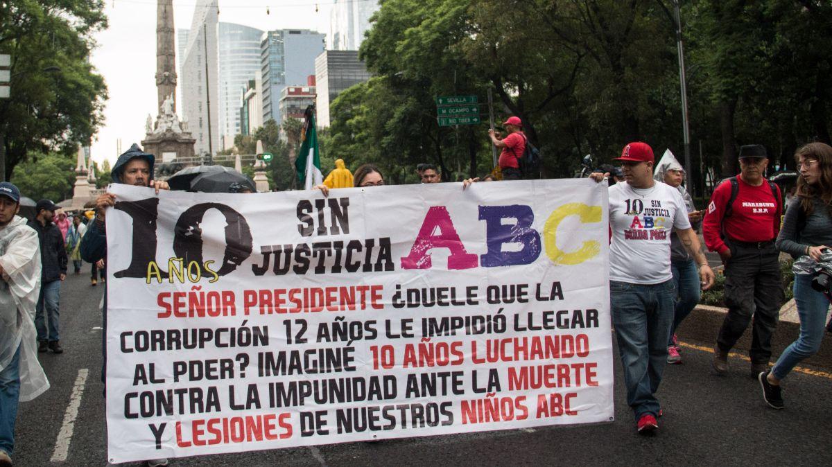 Marcha de padres de víctimas en Guardería ABC.