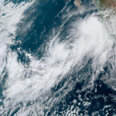 Continúa alerta roja en Jalisco y Colima por huracán 'Lorena'