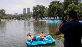 Foto: Turistas usan las lanchas en el lago del Bosque de Chapultepec, Ciudad de México. Cuartoscuro