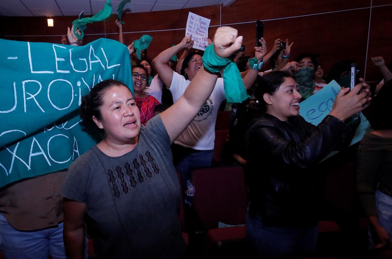 Foto: Feministas aplaudieron y alzaron el puño tras la decisión del Congreso de Oaxaca. Reuters