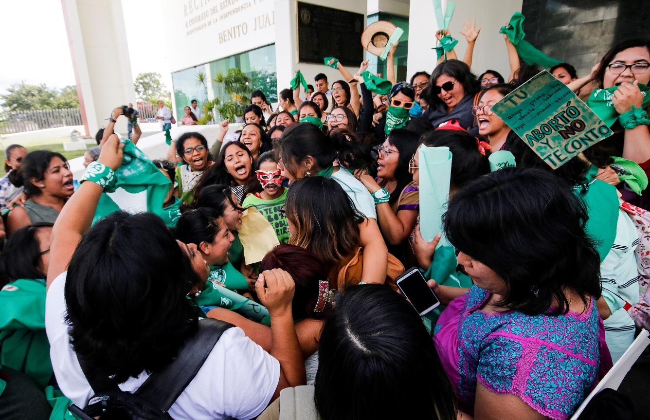 """Foto: La """"Marea Verde"""" celebra afuera del Congreso de Oaxaca. Reuters"""