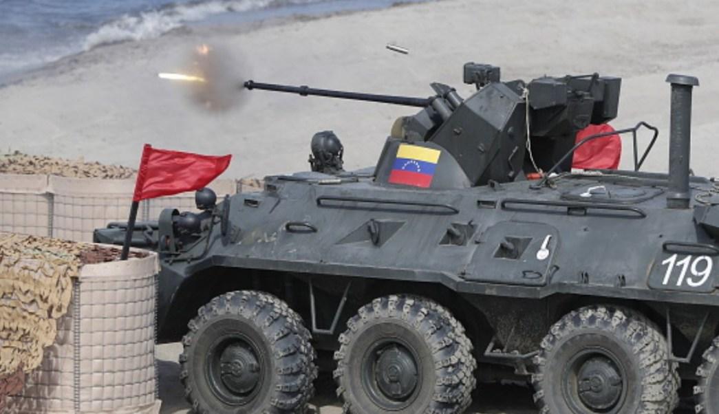 Foto: Un vehículo blindado venezolano dispara durante los Juegos Internacionales del Ejército 2019 en la región de Kaliningrado, Rusia. Getty Images/Archivo