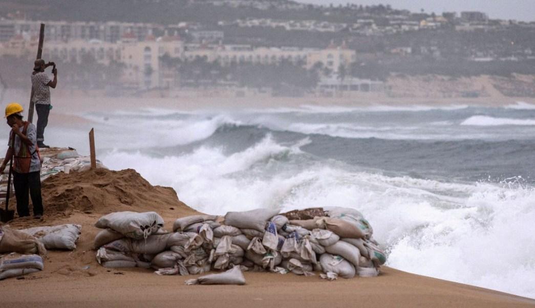Foto: Trabajadores son fotografiados en la playa de La Médano en Cabo San Lucas. Reuters