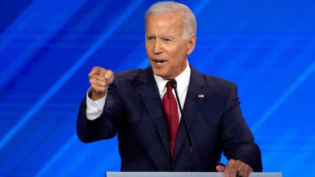 Foto: Joe Biden habla durante el tercer debate demócrata. Reuters