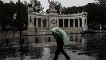 Foto: Un hombre se cubre de la lluvia con un plástico en Ciudad de México. Cuartoscuro