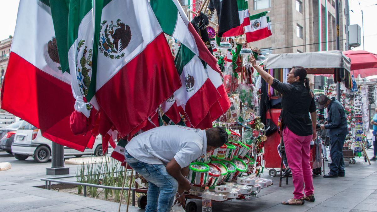 Foto: Vendedores ambulantes ofrecen artículos patrios en las calles de la Ciudad de México. Cuartoscuro