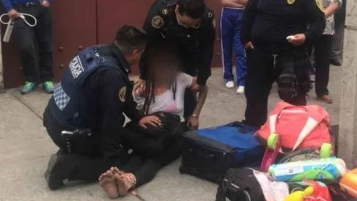 Foto: Policías atienen a una mujer que se intentó suicidar en calles de la Ciudad de México. Especial