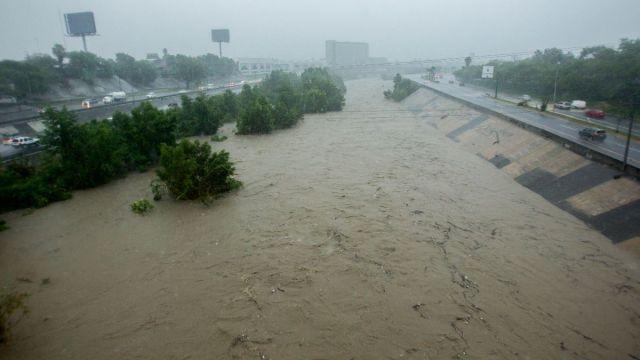 """Foto: La tormenta tropical """"Fernand"""" provocó intensas lluvias y crecidas en arroyos, principalmente en el Río Santa Catarina, en Monterrey, Nuevo León. Cuartoscuro"""