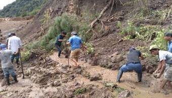 Foto: Derrumbe en el tramo de Pueblo Viejo - Santa María Yucuhiti, Oaxaca. Twitter/@CEPCO_GobOax