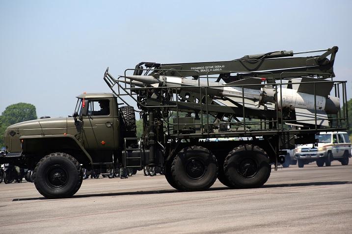 Foto: Un camión carga dos misiles. Reuters