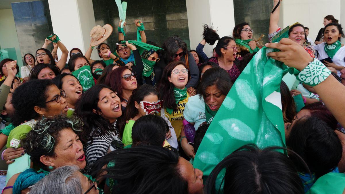 """Foto: Feministas de la llamada """"Marea Verde"""" celebran y ondean pañuelos en el Congreso de Oaxaca. Efe"""