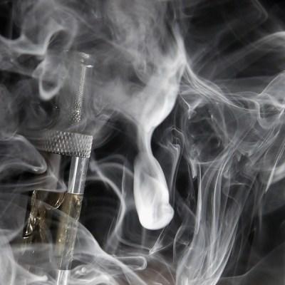 Sobreviviente de vaping crea campaña para desalentar uso de cigarros electrónicos