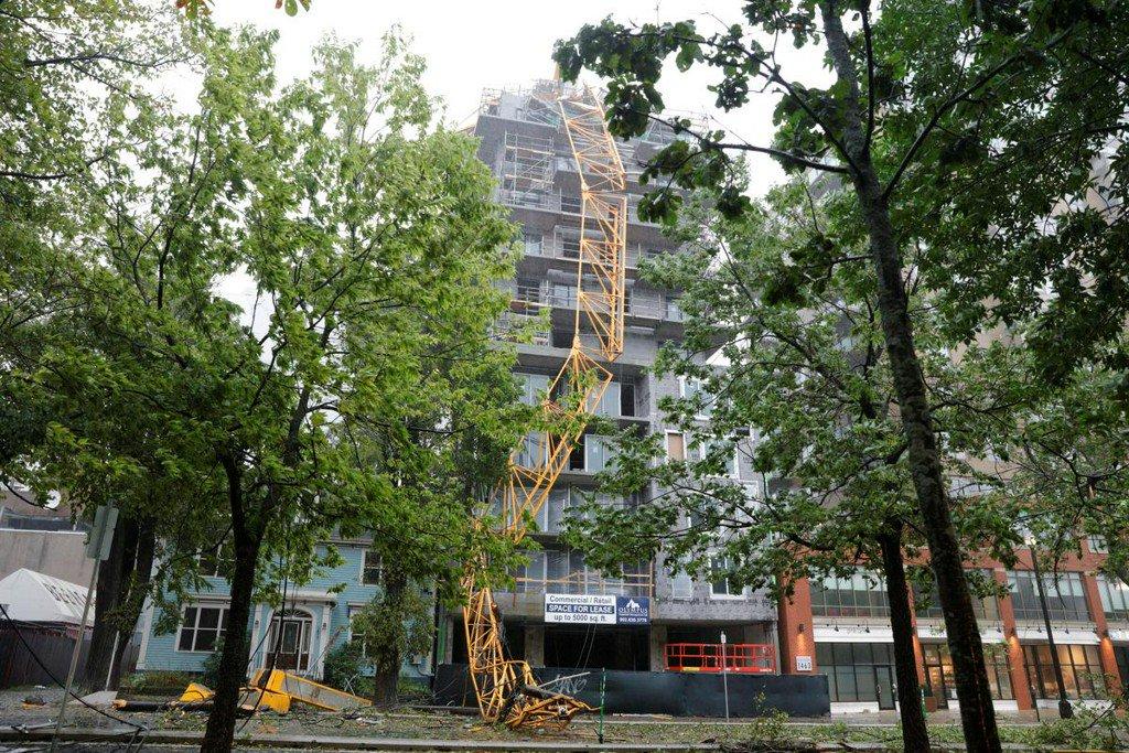 Foto: Las fuertes ráfagas de viento derribaron una grúa de construcción en el centro de Halifax, 8 Septiembre 2019