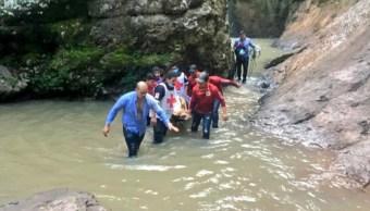 Foto: Personal de PC Sinaloa y Cruz Roja auxiliaron a joven tras caer en una cascada. Twitter/@cruzrojasinaloa