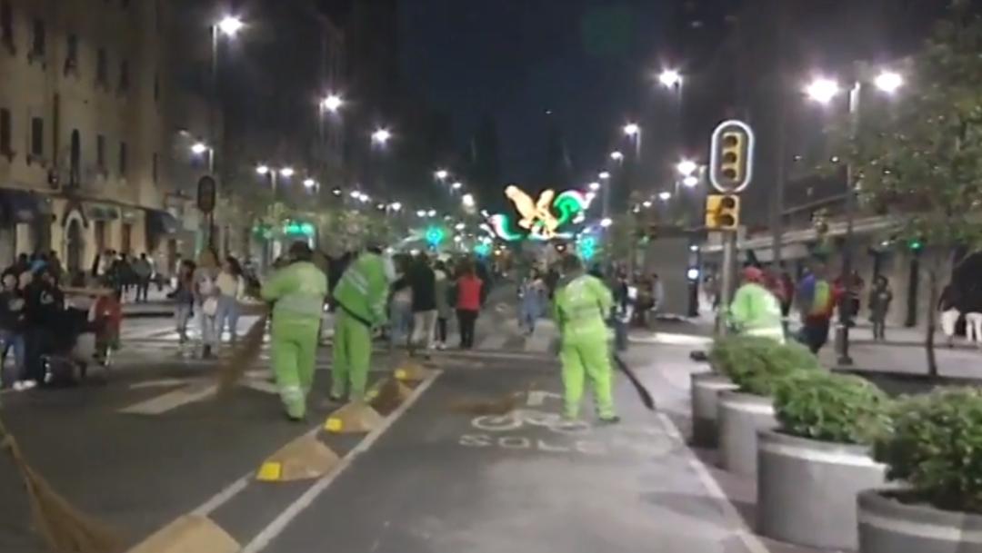 FOTO Recolectan 139 toneladas de basura en Zócalo CDMX, después del Grito (Noticieros Televisa)