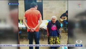 Mamá Coco cumple 106 años y baila con chambelán