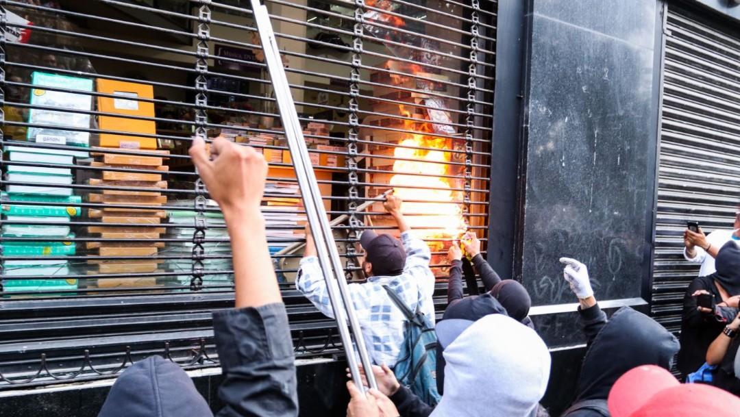 Foto: Jóvenes encapuchados realizan actos vandálicos durante la marcha conmemorativa por la desaparición de los 43 normalistas de Ayotzinapa, el 26 de septiembre de 2019 (Pedro Anza/Cuartoscuro.com)
