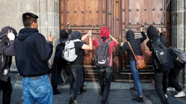 Foto: Encapuchados vandalizan Palacio Nacional. Reuters