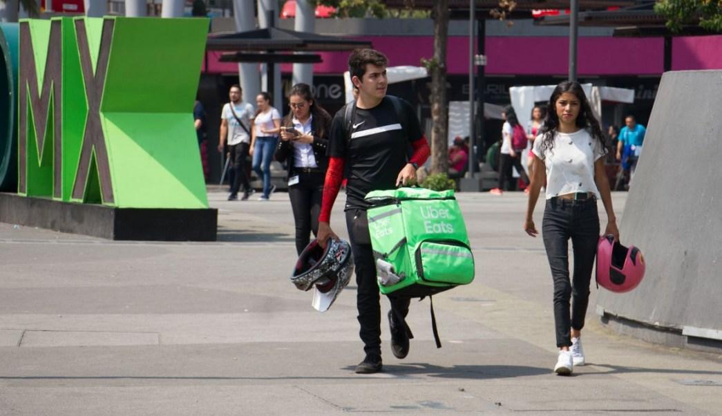 Foto: Un joven carga una bolsa de Uber Eats por calles de la Ciudad de México. Cuartoscuro
