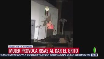 FOTO: Mujer desata risas al dar Grito de Independencia, 16 septiembre 2019