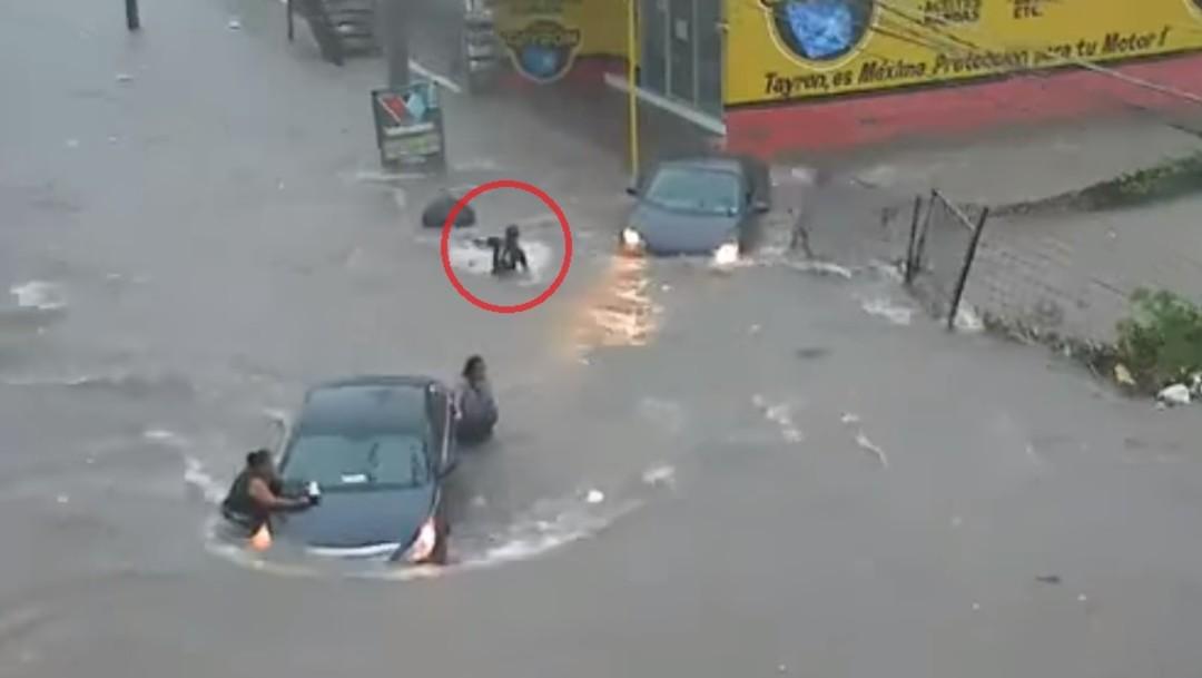 Video: Coladera 'se traga' a mujer en Culiacán, Sinaloa