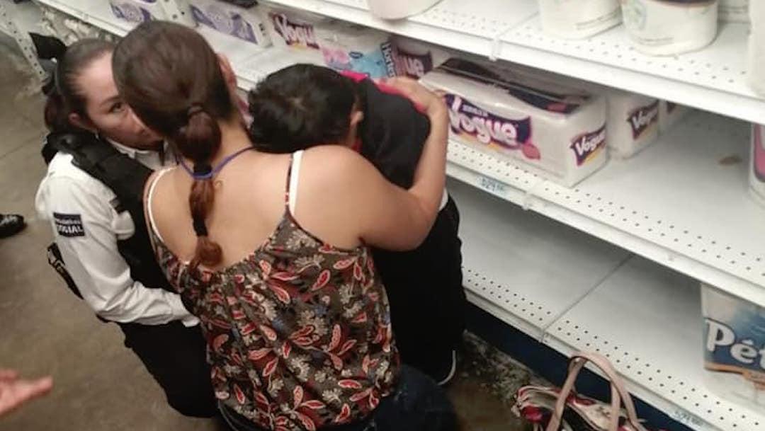 Foto pierde a su hijo en el supermercado; lo encuentra dormido en un anaquel