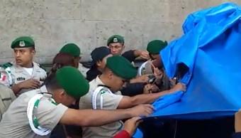 FOTO Normalistas se enfrentan a policías afuera de Palacio Nacional (FOROtv)