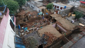 Foto: Personas buscan sus pertenencias entre los escombros de sus casas dañadas por el terremoto que sacudió la aldea de Sahang Kikri, cerca de Mirpur, Afaganistán, 25 septiembre 2019