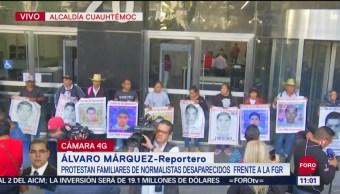 Protestan familiares de normalistas desaparecidos frente a la FGR