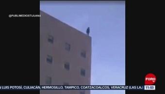 Se lanza mujer de edificio en Baja California