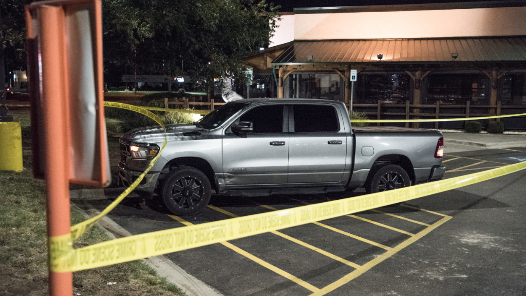 Foto: La cinta policial acordonó un vehículo afuera de un restaurante tras un tiroteo en Odessa, Texas, 1 septiembre 2019