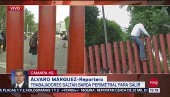 FOTO: Trabajadores San Lázaro Saltan Barda Perimetral Para Salir
