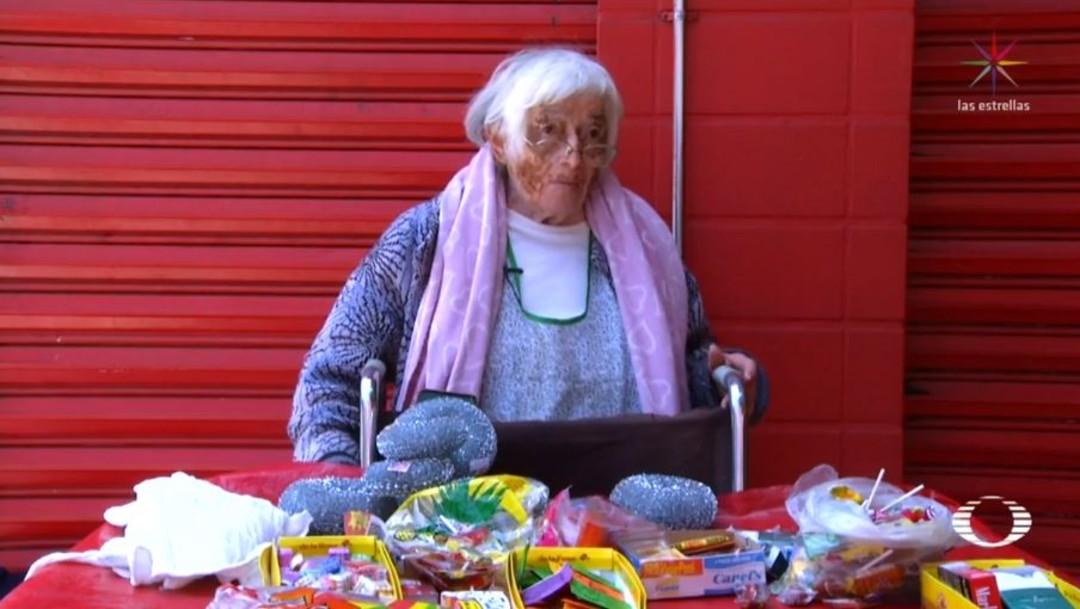 Abuelita usa su silla de ruedas para vender dulces y conmueve en redes sociales