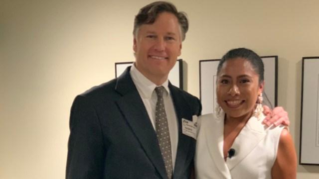 Foto: Tras la ponencia, la actriz oaxaqueña se reunió con Christopher Landau y con Martha Bárcena, embajadora de México en Estados Unidos, 9 de septiembre de 2019 (Twitter @USAmbMex)