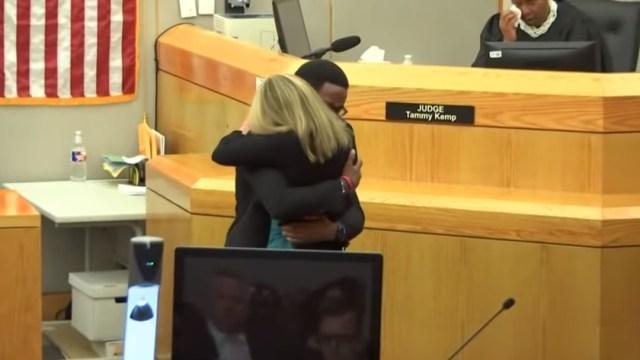 Brandt Jean, hermano del adolescente asesinado por la oficial Amber Guyger, abraza a la victimaria