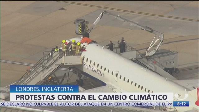 Activista sube a techo de avión en Londres contra cambio climático