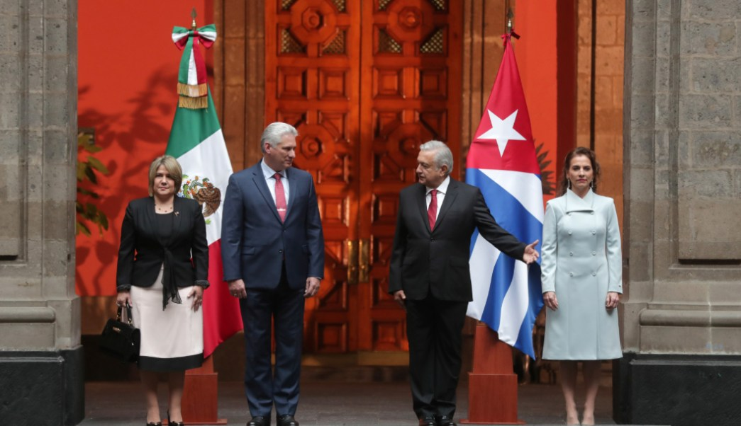 Foto: El mandatario cubano y su esposa, Cuesta Peraza, llegaron a las puertas del Palacio Nacional, en Ciudad de México, 17 de octubre de 2019, (Presidencia)