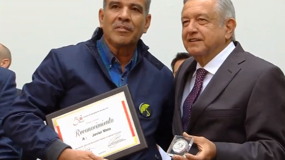 FOTO AMLO entrega reconocimiento a empleado de un Centro de Integración Juvenil en Nuevo León (YouTube)