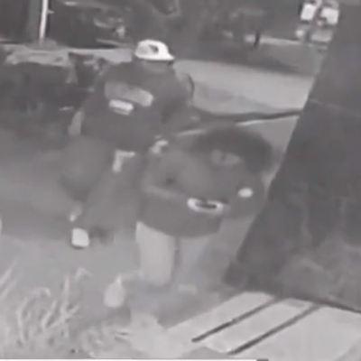 Video: Hombre aplica 'llave china' a mujer para robarle el celular en Tlatelolco