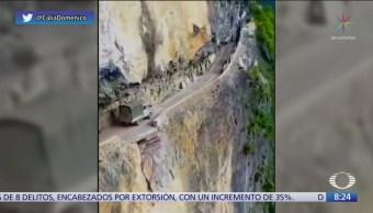 Asombrosa y peligrosa, carretera al borde un acantilado en China