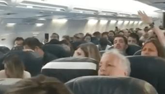 """Foto Video: Motor falla en pleno vuelo y pone a rezar a """"casi todos"""" los pasajeros 24 octubre 2019"""