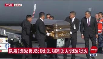 Bajan cenizas de José José del avión de la Fuerza Aérea