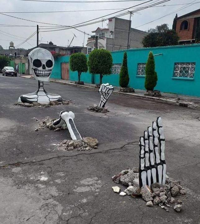 Imagen: Vecinos de Tláhuac aprovechan baches y colocan calaveras gigantes (Facebook)