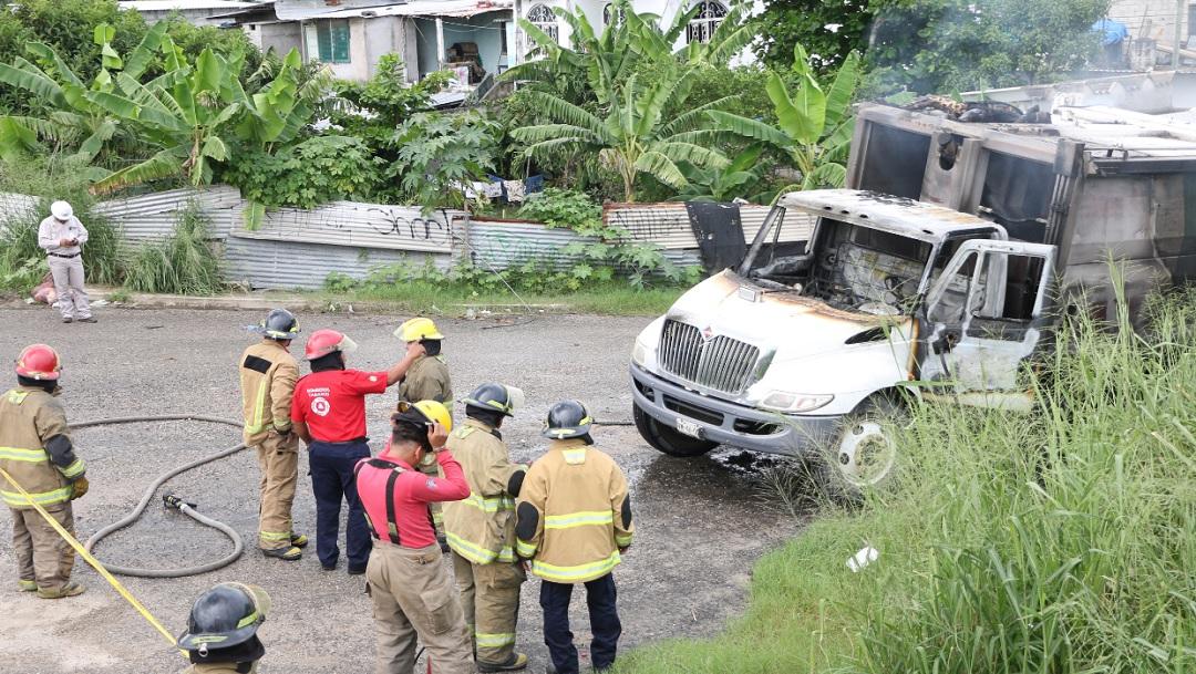 FOTO: El camión de basura recibió una descarga eléctrica.