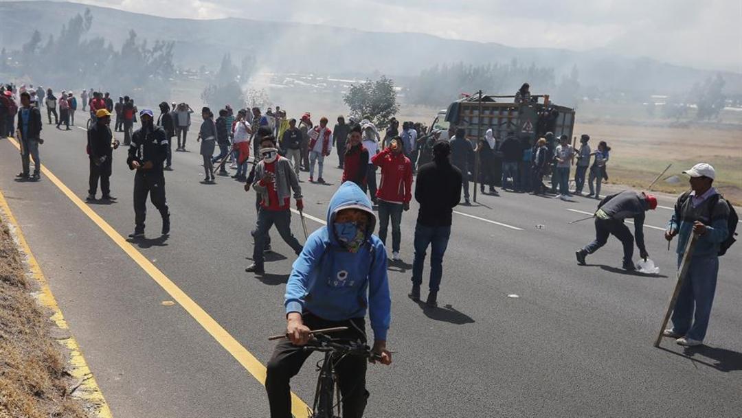 Foto: Decenas de manifestantes corearon allí en su idioma ancestral y en español eslóganes contra el presidente, 5 de octubre de 2019 (EFE)