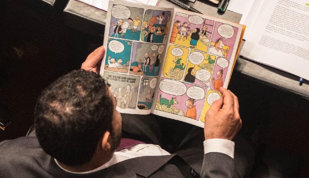 FOTO: Martí Batres, senador del grupo Parlamentario Morena, leyendo la historieta Mariguana para principiantes, repartida por la senadora Jesusa Rodríguez