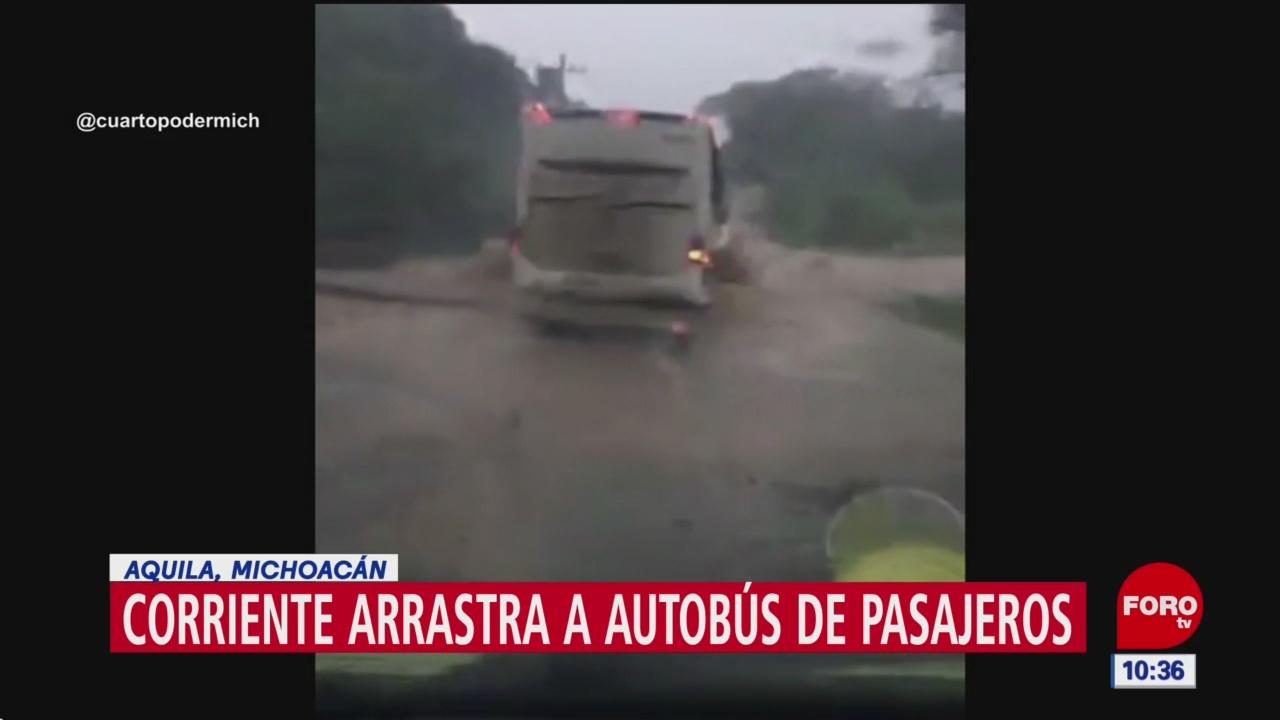 Corriente de arroyo arrastra a autobús de pasajeros